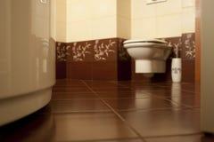 Mit Ziegeln gedeckter Badezimmerboden Stockbild