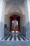 Mit Ziegeln gedeckter Eintrag und Türen lizenzfreies stockfoto