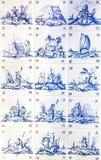 Mit Ziegeln gedeckter Hintergrund mit blauem Muster Stockbilder