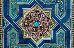 Mit Ziegeln gedeckter Hintergrund mit orientalischen Verzierungen lizenzfreies stockfoto