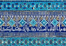 Mit Ziegeln gedeckter Hintergrund mit orientalischen Verzierungen Stockbild