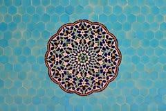 Mit Ziegeln gedeckter Hintergrund, orientalische Verzierungen Lizenzfreies Stockbild