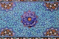 Mit Ziegeln gedeckter Hintergrund, orientalische Verzierungen Lizenzfreies Stockfoto