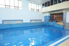 Mit Ziegeln gedeckter Swimmingpool mit blauem Wasser Stockfoto