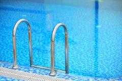 Mit Ziegeln gedeckter Swimmingpool mit blauem Wasser Stockbild