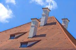 Mit Ziegeln gedecktes Dach Stockbilder