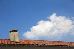 Mit Ziegeln gedecktes Dach mit Kamin Stockfoto