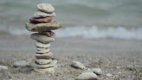 Mit Ziegeln gedecktes Steinyoga durch die Küste stock video