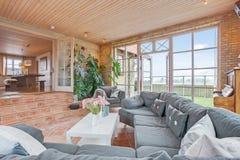 Mit Ziegeln gedecktes Wohnzimmer lizenzfreies stockfoto