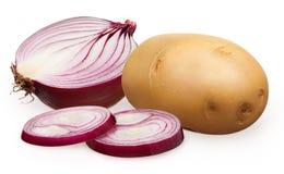 Mitad de la cebolla roja sin pelar con los pedazos y la patata tajados Fotos de archivo libres de regalías