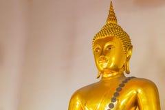 Mitad de la estatua de oro de Buda Imagen de archivo libre de regalías