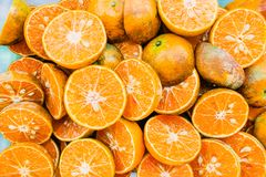 Mitad de la opinión superior del grupo natural de la textura de la fruta de la mandarina o de la mandarina para el fondo imagen de archivo