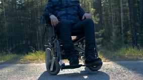 Mitad de la parte inferior del cuerpo de una persona parapléjica que se sienta en una silla de ruedas metrajes