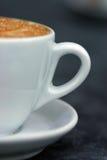 Mitad de la taza de cappuccino? Imagen de archivo