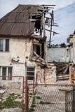 Mitad de las ruinas arruinadas casa del color fotos de archivo libres de regalías