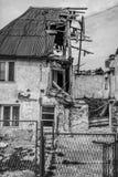 Mitad de las ruinas arruinadas casa del color fotos de archivo