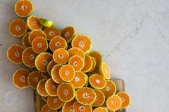 Mitad de mandarines en la tabla Imagen de archivo libre de regalías