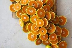 Mitad de mandarines en la tabla Fotos de archivo libres de regalías