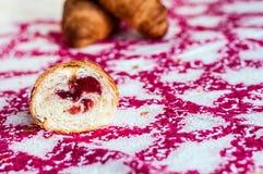 Mitad de un cruasán, cruasanes grandes, deliciosos en una tabla Vagos frescos imagen de archivo