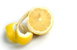 Mitad de un limón piel torcida Imagenes de archivo