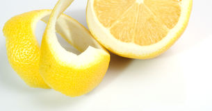 Mitad de un limón piel torcida Foto de archivo libre de regalías