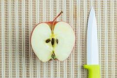 Mitad de una manzana Imágenes de archivo libres de regalías