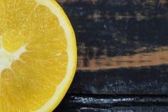 Mitad de una naranja en un fondo negro Foto de archivo