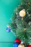 Mitad del árbol de navidad y de los juguetes en un verde Fotografía de archivo