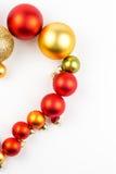 Mitad del corazón hecha de bolas de la Navidad en el fondo blanco Imágenes de archivo libres de regalías