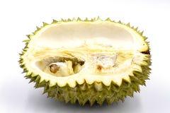 Mitad del durian de la fruta tropical cortada en el fondo blanco Fruta sabrosa con el olor tremendo Medio corte del durian exótic imagenes de archivo