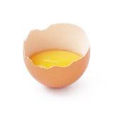 Mitad del huevo quebrado aislada en blanco Imágenes de archivo libres de regalías