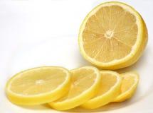 Mitad del limón y de las rebanadas del limón Foto de archivo libre de regalías