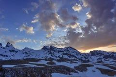 Mitad del paisaje nevoso de la montaña en la puesta del sol en los Pirineos imágenes de archivo libres de regalías