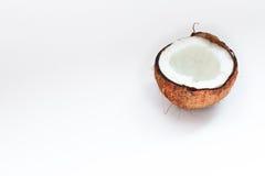 Mitad del primer del coco en un fondo blanco Foto de archivo