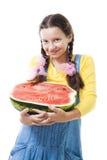 Mitad feliz de la explotación agrícola de la muchacha del adolescente de la sandía Fotos de archivo libres de regalías