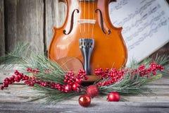 Mitad inferior del violín con la decoración de la Navidad que la enmarca Imágenes de archivo libres de regalías