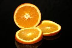Mitad y rebanadas anaranjadas fotos de archivo libres de regalías