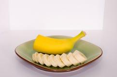 Mitad y rebanadas 2 del plátano Imagen de archivo