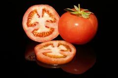 Mitad y rebanadas del tomate fotos de archivo