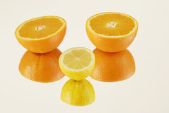 Mitades de frutas cítricas en el espejo Fotografía de archivo libre de regalías
