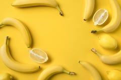 Mitades de los plátanos y de los limones Imágenes de archivo libres de regalías