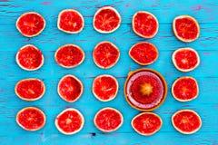 Mitades de rubíes recientemente exprimidas del pomelo Imagen de archivo libre de regalías