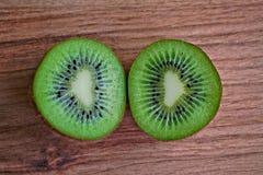 Mitades del kiwi Imagenes de archivo