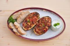 Mitades rellenas de la berenjena con pimienta dulce y queso de la cebolla del tomate Foto de archivo