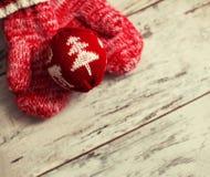 Mitaine avec la boule de Noël Image stock