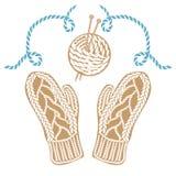 Mitaines, écheveau et aiguilles tricotés par beige Images libres de droits