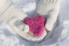 Mitaines avec le coeur d'amour de jour de valentines Photographie stock