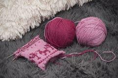 Mitaines chaudes de tricotage sur cinq aiguilles de laine avec le modèle des cerfs communs et des arbres Photos libres de droits