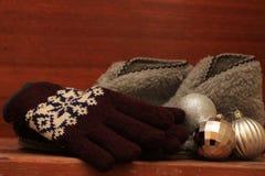 Mitaines d'hiver, pantoufles chaudes et boules argentées de Noël Photos stock
