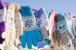 Mitaines de laine accrochant sur une corde Marché de Noël Images libres de droits